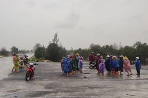 Mưa lũ lịch sử ở Quảng Bình: Người lớn cùng trẻ nhỏ đội mưa vượt đồi cát ra quốc lộ xin đồ cứu trợ