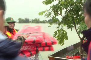 Dồn sức giúp dân trong mưa lũ