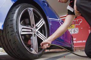 Bơm lốp xe bằng khí nitơ nên hay không?