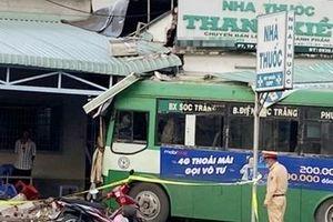 Xe buýt lao vào nhà thuốc ở Sóc Trăng
