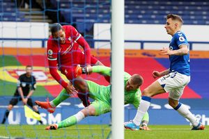 Trọng tài VAR gây tranh cãi trận Everton-Liverpool bị đẩy xuống hạng dưới