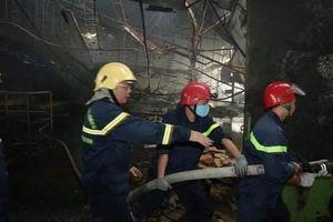 Hàng trăm chiến sĩ tham gia chữa cháy công ty gỗ