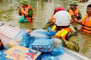 Lũ lớn, người dân Hà Tĩnh ngồi trên nóc nhà chờ cứu hộ