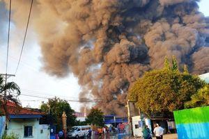 Cháy lớn thiêu rụi kho chứa phế liệu 450m² ở Bình Dương