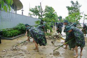 'Bóng áo xanh' góp sức dọn quang bùn đất sau lũ lụt