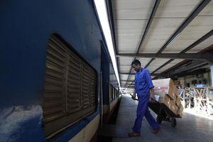 Hai chuyến tàu chở 30 tấn hàng cứu trợ xuyên đêm vào miền Trung