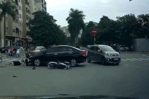 Clip: Vượt đèn đỏ, người phụ nữ bị ôtô húc văng lên nắp ca pô bất tỉnh