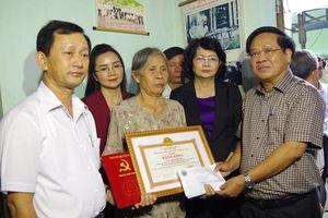 Phó Chủ tịch nước Đặng Thị Ngọc Thịnh thăm, tặng quà gia đình quân nhân hy sinh khi làm nhiệm vụ