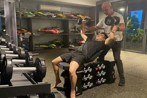 Cường Đô La thuê huấn luyện viên gym về biệt thự để tập luyện