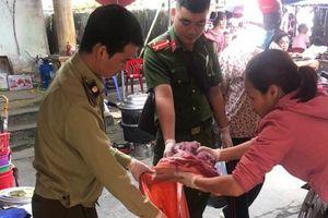 Tiêu hủy gần 70kg thịt lợn bốc mùi đang được bày bán tại chợ
