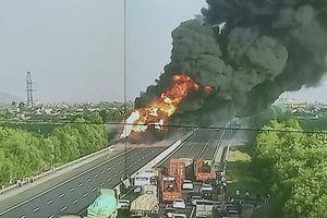Xe bồn cháy ngùn ngụt trên cao tốc Hà Nội - Hải Phòng