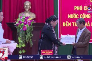 PCT QH Tòng Thị Phóng thăm, tặng quà bà con vùng lũ Thừa Thiên – Huế