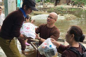 Chùa Tân Hải tặng 2.000 phần quà tới người dân vùng lũ