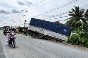 Xe tải tông nam công nhân tử nạn rồi lao xuống vệ đường