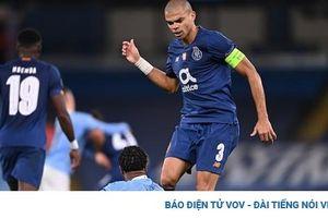 CĐV Man City bức xúc khi Sterling bị Pepe 'lên gối' ở Champions League