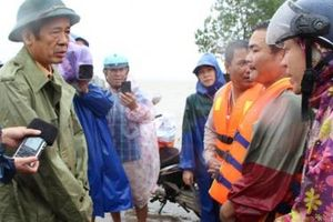 Chủ tịch Quảng Bình trao quà động viên người dân khu vực tâm lũ Lệ Thủy, Quảng Ninh