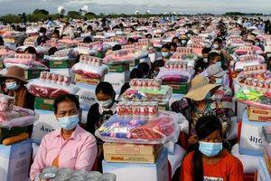 24h qua ảnh: Dân vùng lũ xếp hàng nhận cứu trợ ở Campuchia