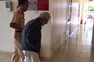 Giúp cụ ông 87 tuổi đi lạc hơn 10km lên Đại lộ Thăng Long về nhà an toàn