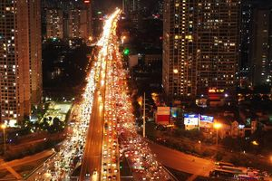 Trời tối, nhiều tuyến đường ở Hà Nội vẫn ùn tắc nghiêm trọng