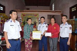 Thăm, tặng quà gia đình ngư dân Quảng Nam bị nạn do thiên tai