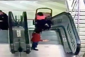 Xe đẩy em bé lật trên thang cuốn, gây chấn thương nặng