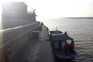 Cứu thành công 2 tàu vận tải mắc cạn tại khu vực cửa biển Ba Lạt