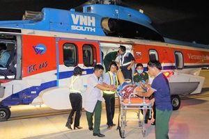 Trực thăng đưa hai bệnh nhân từ Trường Sa về đất liền cấp cứu an toàn