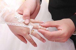 Chồng bảo tháo nhẫn cưới vì rộng tay nhưng sự thật khiến tôi chết lặng