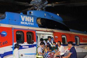 Trực thăng bay cấp cứu đưa 2 bệnh nhân từ Trường Sa về điều trị