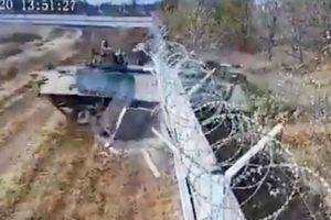 Xe bọc thép Nga mất kiểm soát, đâm sập tường rào của sân bay