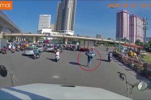 Clip: Cô gái bất chấp nguy hiểm, đi trước mũi xe container mặc cho tài xế liên tục bấm còi nhắc nhở