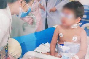 Mắc bệnh hiếm gặp khiến bé trai bị xuất huyết phổi, nhiễm trùng nặng
