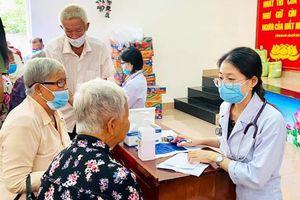 Khám bệnh, cấp thuốc miễn phí và tặng quà cho 200 người nghèo