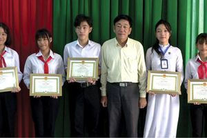 Khen thưởng học sinh biên giới đạt học bổng Kiến tạo