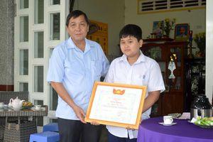Khen thưởng đột xuất 2 học sinh dùng tiền tiết kiệm ủng hộ đồng bào miền Trung