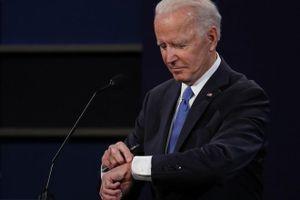 Ứng viên bầu cử Biden chăm chăm nhìn vào đồng hồ trong buổi tranh luận cuối cùng