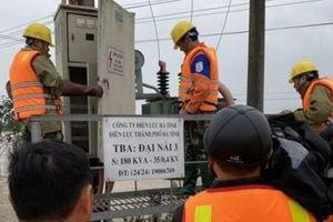 Điện lực Hà Tĩnh nỗ lực cấp điện trở lại cho người dân sau mưa lũ