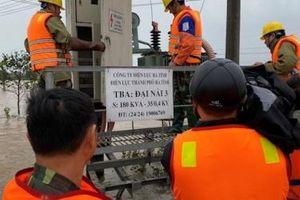 PC Hà Tĩnh vừa lo cấp điện trở lại, vừa giúp dân kiểm tra an toàn điện