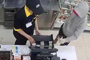 Bắt kẻ cướp tiền trong cửa hàng tiện lợi