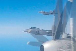 'Chim ăn thịt' F-22 Mỹ lao lên chặn 'gấu bay' Tu-95MS Nga