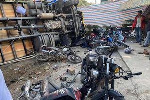 Lâm Đồng: Người dân 'thót tim' khi xe tải tông hàng chục xe máy