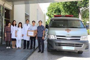 Bệnh viện cử kỹ sư sửa chữa máy móc, tặng quà cho bệnh nhân vùng lũ