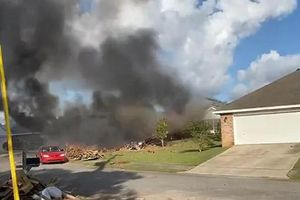 Máy bay hải quân Mỹ rơi xuống nhà dân bốc cháy ngùn ngụt