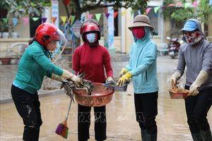 Quảng Bình huy động mọi lực lượng giúp dân dọn dẹp vệ sinh sau lũ lụt