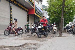 Vỉa hè ở Hà Nội 'tan nát' vì bị xe máy biến thành đường đi