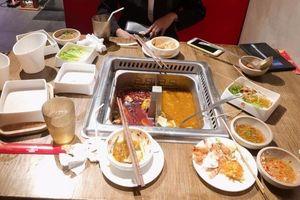 Dân mạng tranh cãi dữ dội câu chuyện khách bị phạt 200 nghìn đồng tại nhà hàng buffet do ăn không hết... 3 lạng rau