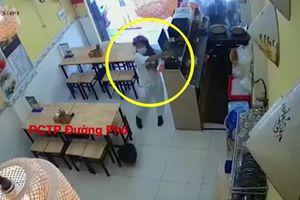 Clip: Hành động xấu xí của cô gái đi Vespa đến mua bún đậu khiến cư dân mạng 'dậy sóng'