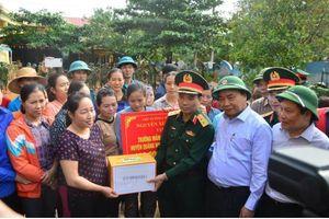 Thủ tướng Nguyễn Xuân Phúc thăm hỏi người dân Quảng Bình ở vùng ngập lụt
