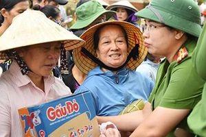 Tặng quà hỗ trợ người dân vùng 'rốn lũ' Quảng Bình