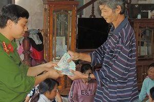 Trả lại gần 50 triệu của người dân để quên trong quần áo quyên góp đồng bào lũ lụt